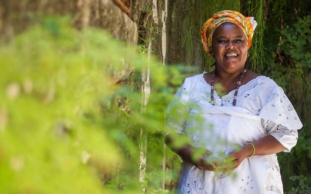 """Mãe Celina de Xangô ensina cuidado com corpo e mente, com o livro """"O poder das ervas"""""""